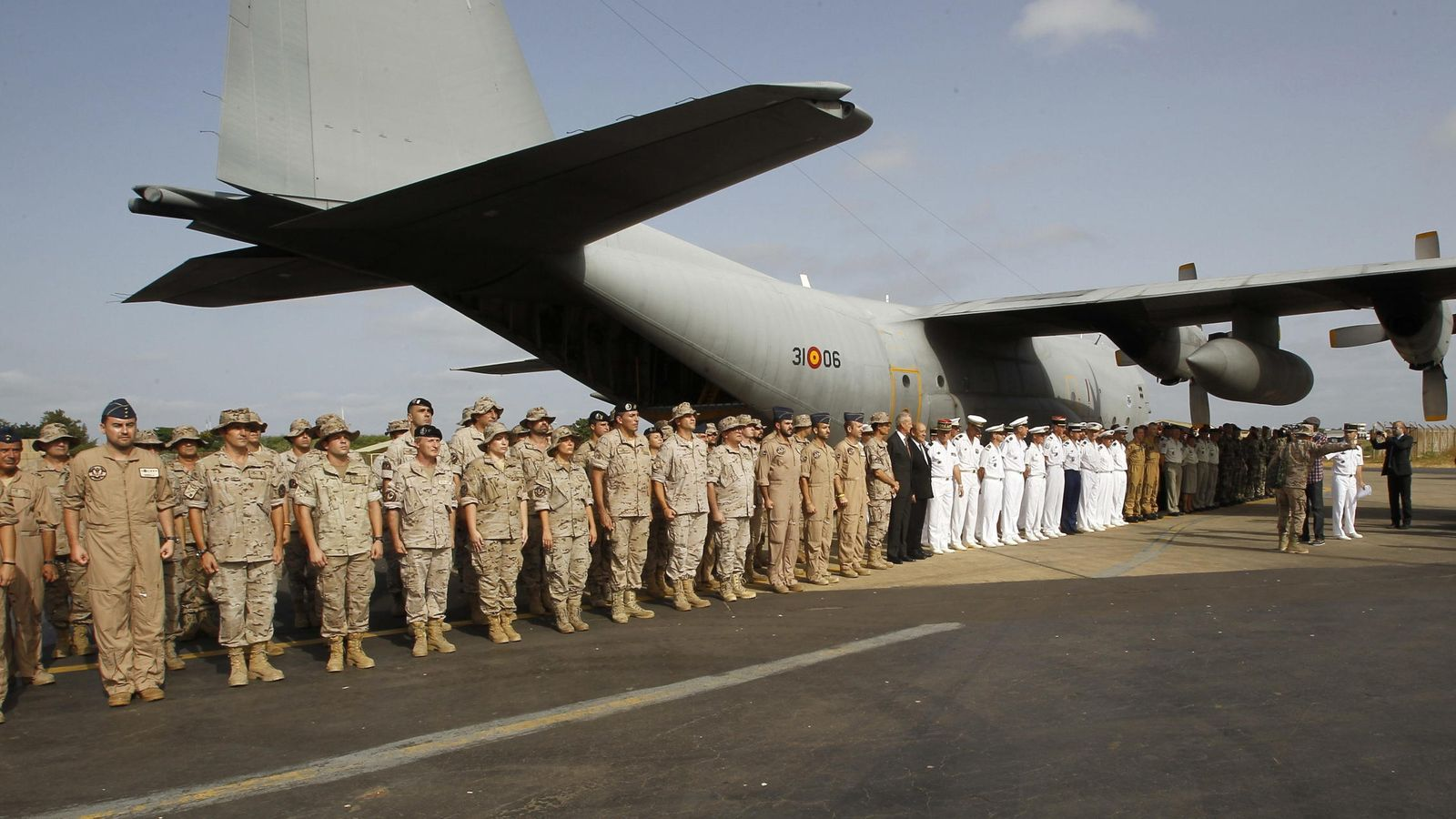 Foto: El Ministro de Defensa, Pedro Morenés visita destacamento aéreo español en Mali (Efe).