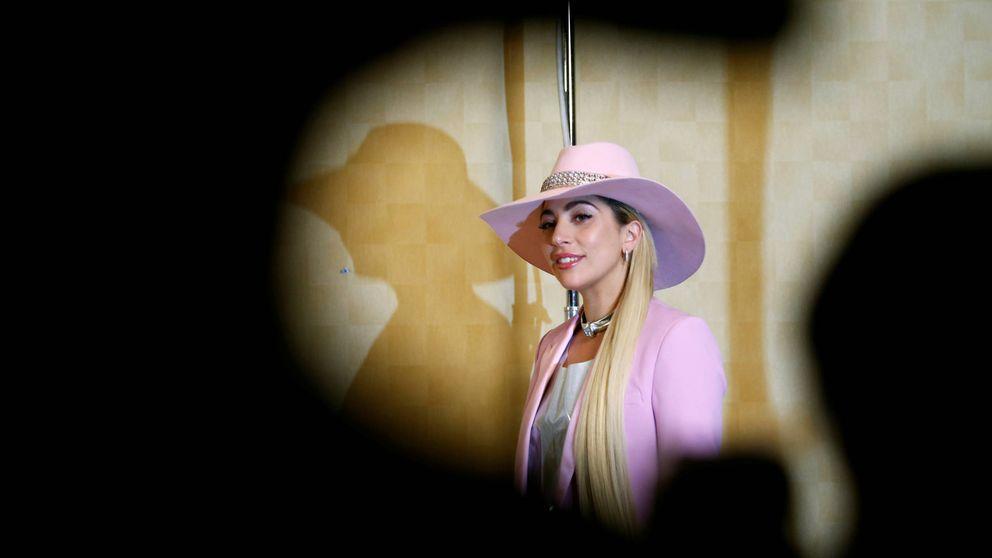 Lady Gaga aterriza en Barcelona: así es su sorprendente look 'maxiescote' para viajar