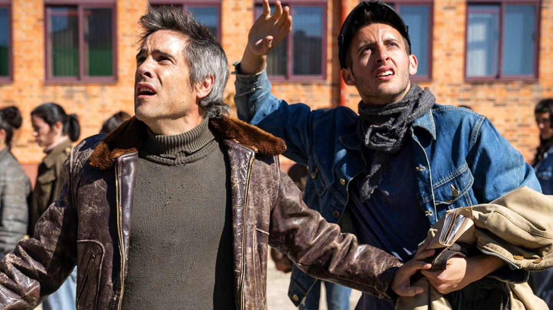 Unax Ugalde y Daniel Ibáñez, en un fotograma de 'La valla'. (Atresmedia)