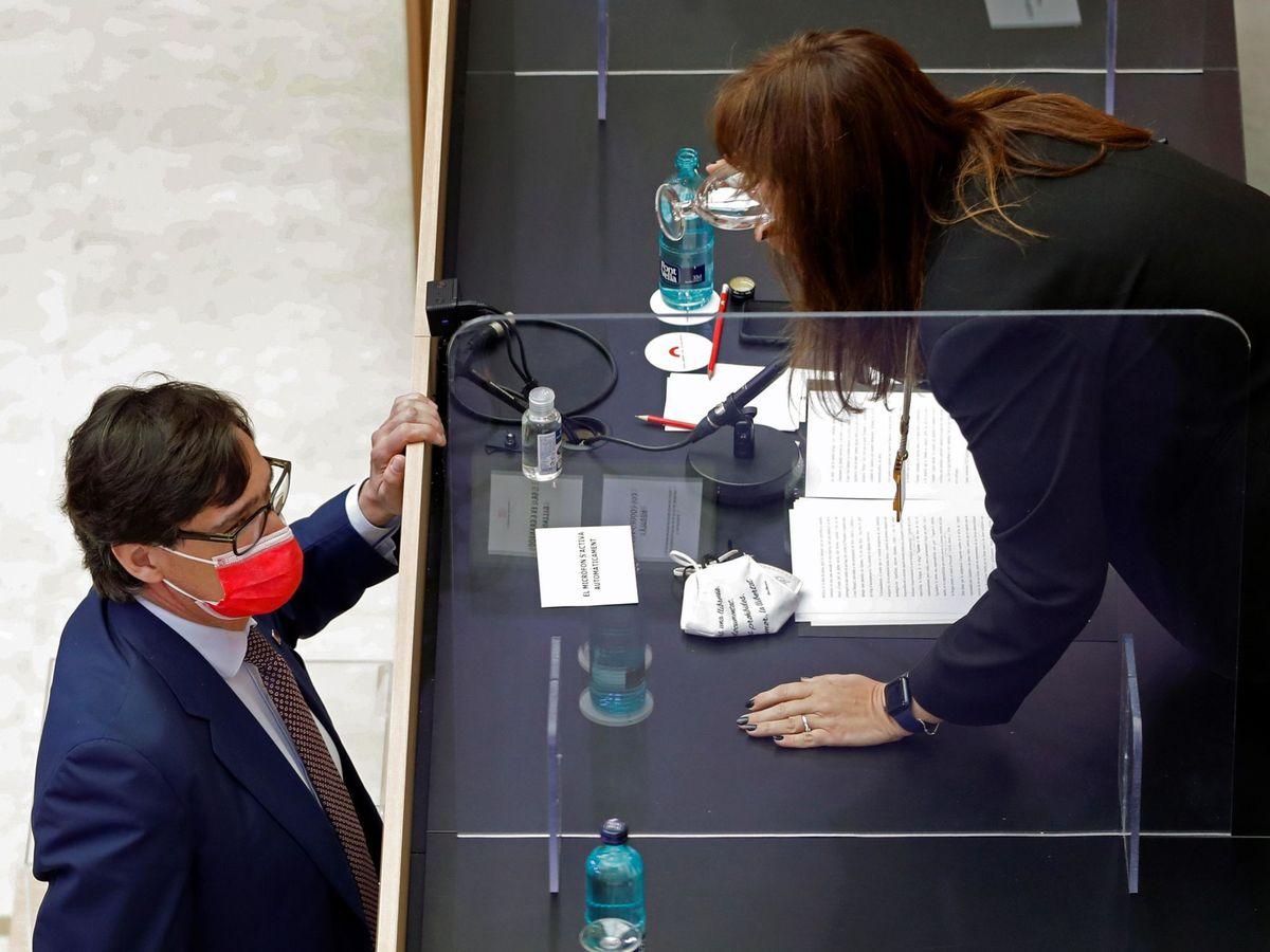 Foto: La nueva presidenta del Parlament, Laura Borràs (d) habla con el líder del PSC, Salvador Illa. (EFE)