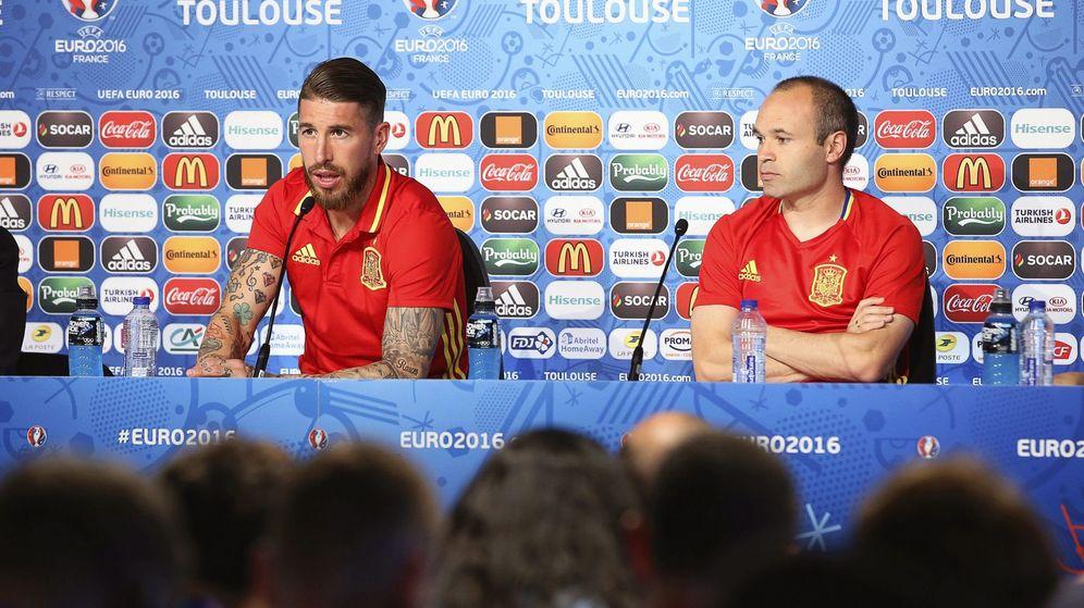 Foto: Ramos e Iniesta atendieron a la prensa en Toulouse (EFE)