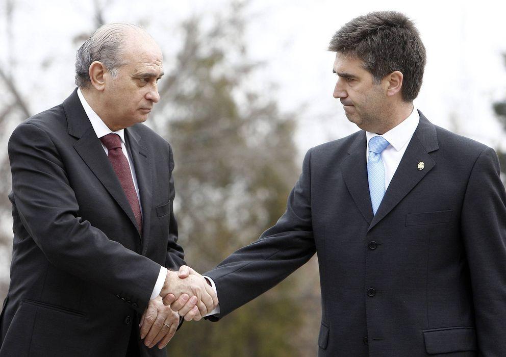 Foto: El ministro del Interior, Jorge Fernández Díaz (i), saluda al director general de la Policía, Ignacio Cosidó (Efe)