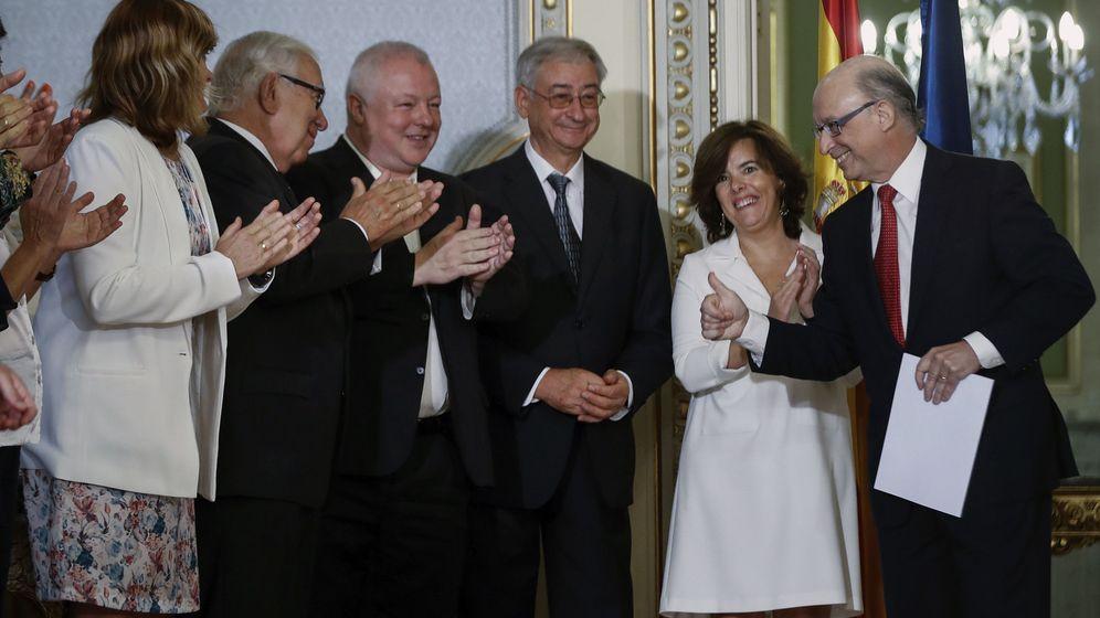 Foto: El ministro de Hacienda, Cristóbal Montoro, junto a la vicepresidenta del Gobierno, Soraya Sáenz de Santamaría, tras recibir el informe sobre financiación autonómica. (EFE)