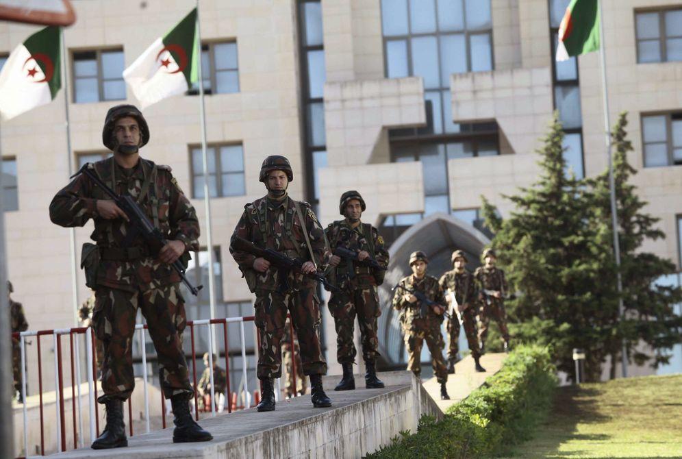 Foto: La Guardia Republicana monta guardia frente al Palacio Presidencial en Argel en octubre de 2014 (Reuters)
