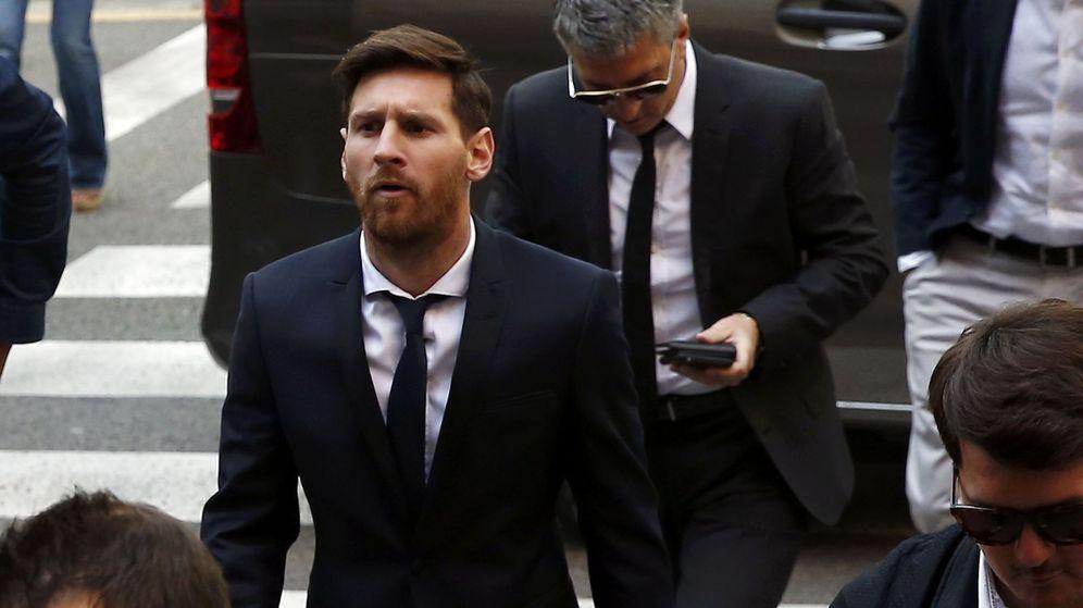 Foto: Lionel Messi, junto a su padre, Jorge Horacio Messi, a su llegada al juicio por delitos contra la Hacienda Pública, el pasado 2 de junio. (Reuters)