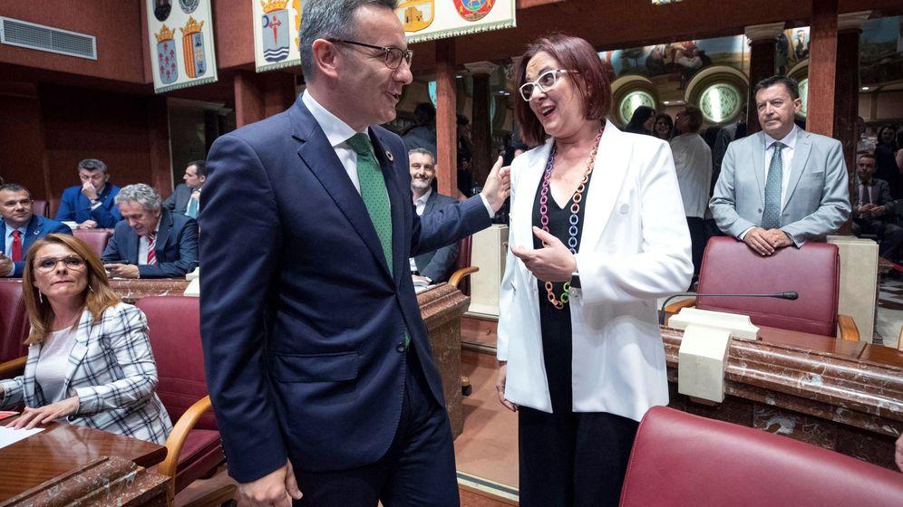 Foto: El socialista Diego Conesa conversa con la portavoz de Ciudadanos, Isabel Franco. (EFE)