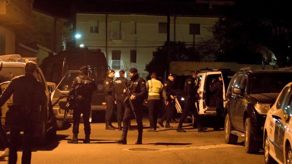 Foto: El operativo desplegado por la Guardia Civil en Andorra (Teruel). (EFE)