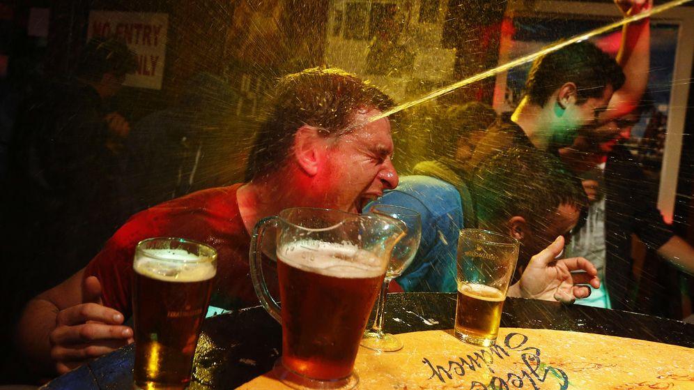 Foto: Una fiesta de cerveza dentro de un bar (Reuters)