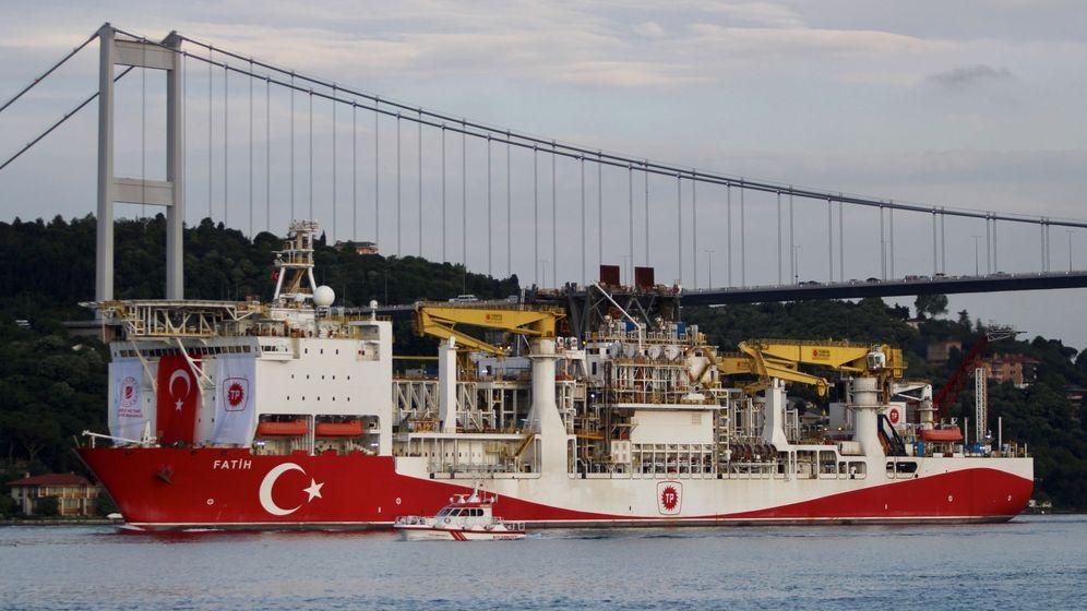 Foto: Un barco de exploración turco cruzando el Bósforo. (Reuters)