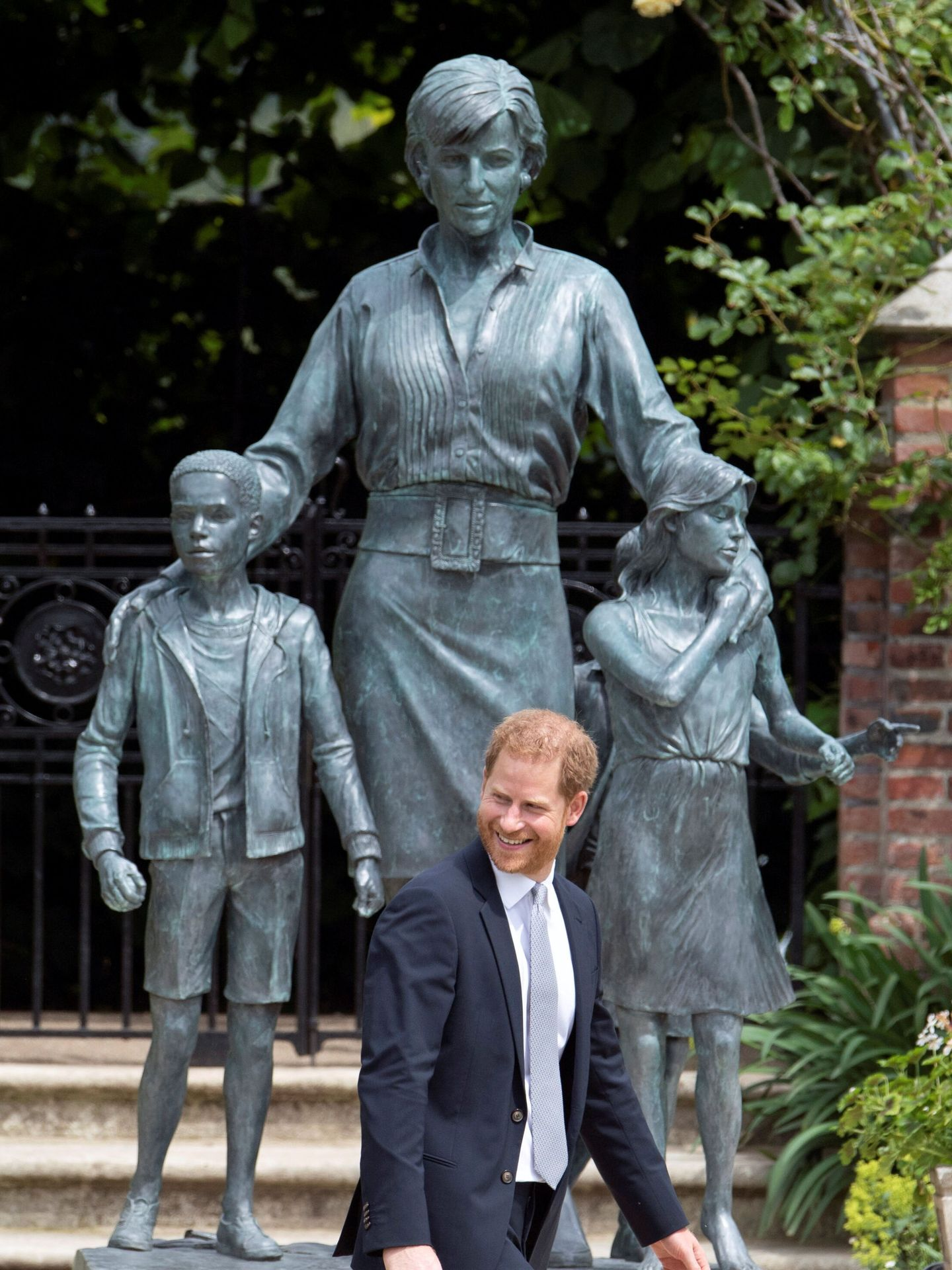 Harry posa ante la estatua de su madre. (Reuters)