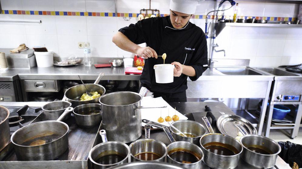 Foto: Los chefs con estrella Michelin se unen para presentar el menú realizado con productos Tello y que se distribuirá en Nochebuena entre los más necesitados. (EFE)