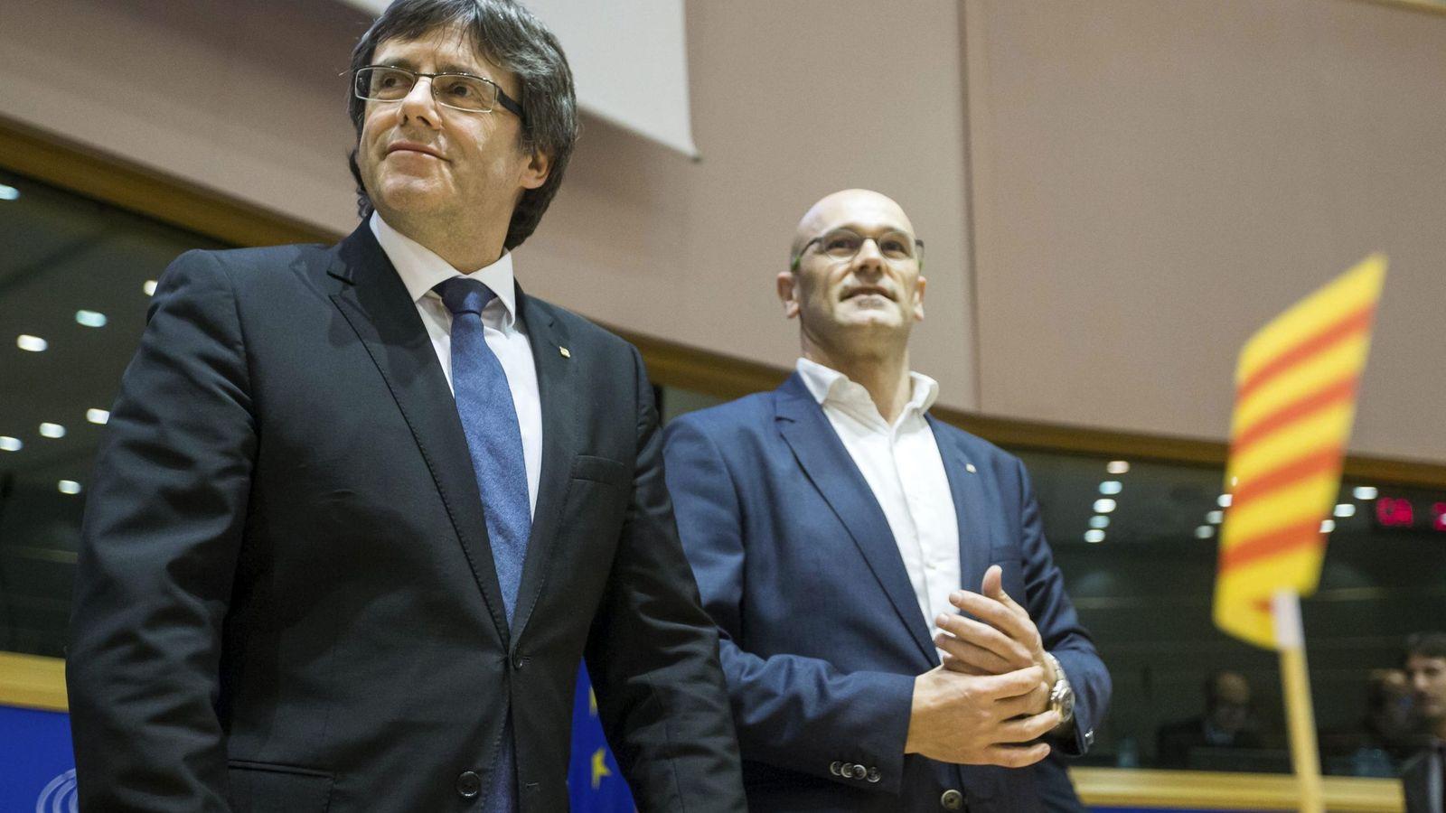 Foto: El presidente Carles Puigdemont (i) y el 'conseller' de Exteriores, Raül Romeva, en el Parlamento Europeo. (EFE)