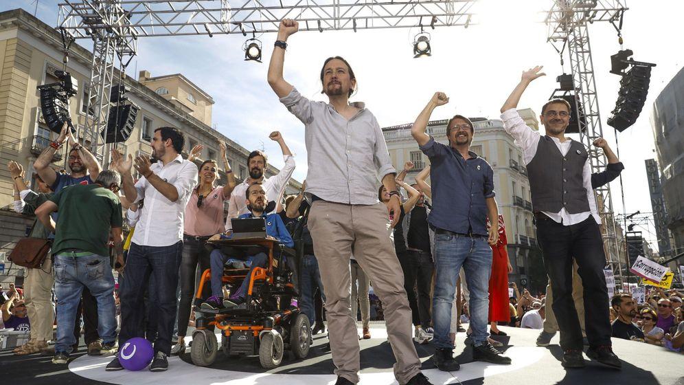 Foto: El líder de Podemos, Pablo Iglesias, junto a representantes de las confluencias, IU y la dirección de su partido, durante la concentración en Sol a favor de la moción de censura. (EFE)