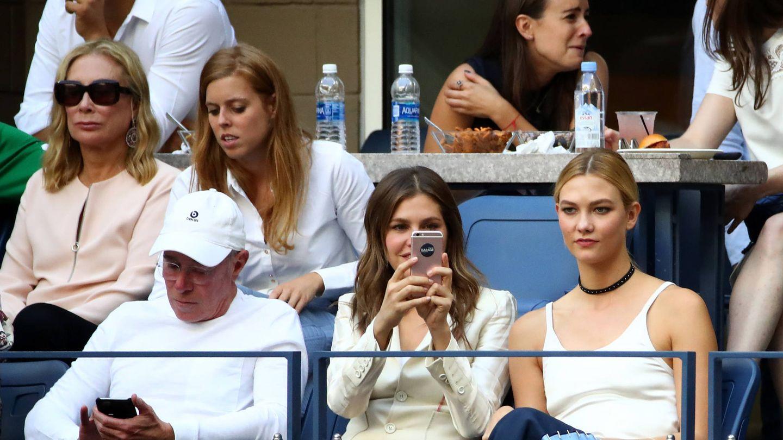 Beatriz, con el millonario David Geffen y Karlie Kloss en el tenis. (Getty)