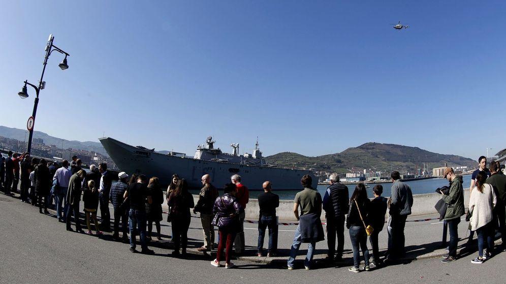 Foto: Protestas ante el portaaviones, el buque insignia de la Armada española. (EFE)