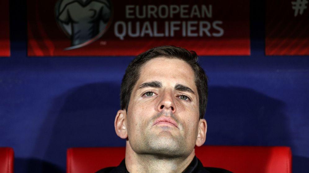 Foto: Robert Moreno, serio, en el banquillo del Wanda Metropoliatno durante el partido entre España y Rumanía. (EFE)