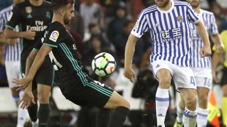 Illarra, ante Borja Mayoral, en el partido de LaLiga entre la Real y el Madrid en Anoeta. (EFE)