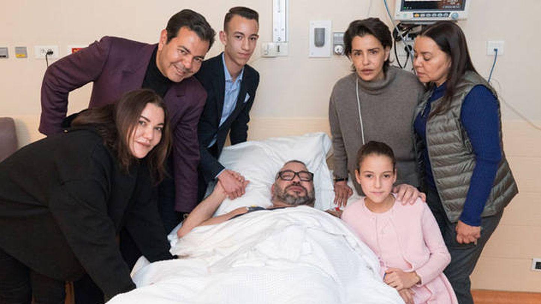 Mohamed VI en el hospital con sus hijos y sus hermanos.