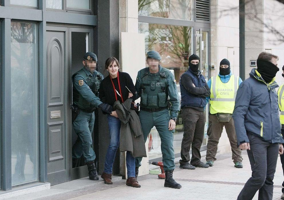 Foto: Agentes de la Guardia Civil detienen a la abogada Ahinoa Baglietto este lunes en el País Vasco (Efe)