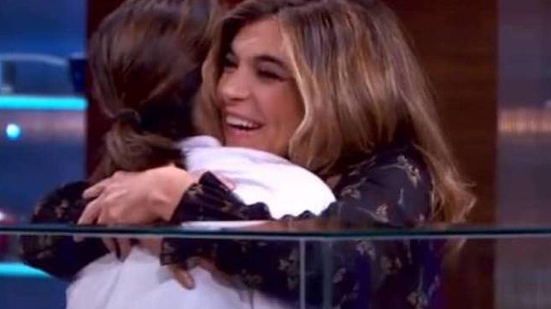 Xandra Falcó abraza a Tamara en 'MasterChef'. (RTVE)