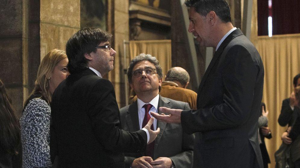 Foto: Xavier García Albiol dialoga con Carles Puigdemont y Enric Millo (Efe).