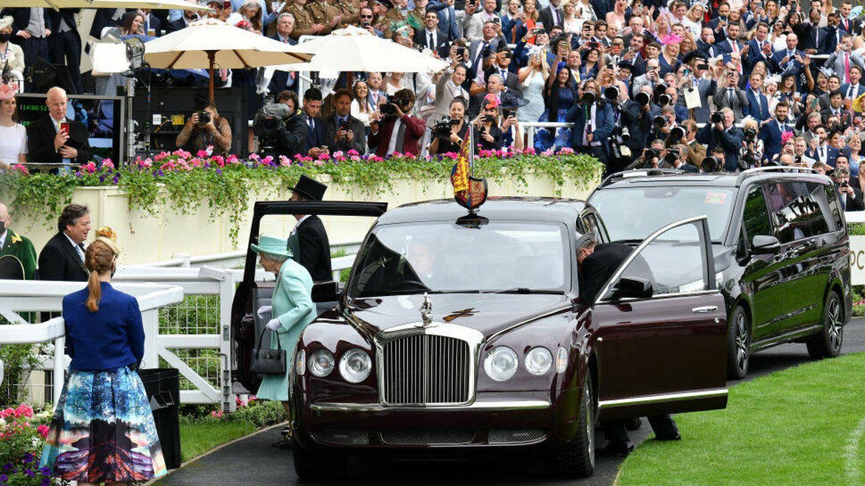 La reina Isabel II bajando de su vehículo en Ascot. (Getty)