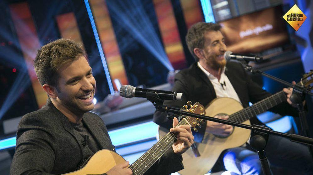 Foto: Pablo Alborán, cantando junto a Pablo Motos. (Atresmedia)