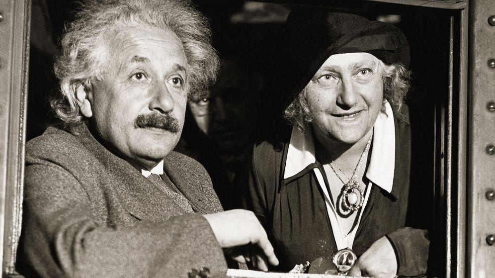 Foto: Albert Einstein con su mujer. (Corbis)