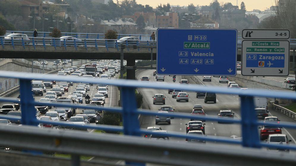 Foto: Cientos de vehículos circulan por la M-30, vía de circunvalación que rodea la capital. (EFE)