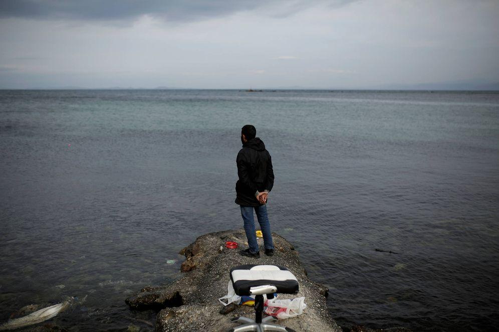 Foto: Un refugiado observa el mar desde la costa, en la ciudad de Mytilene, en la isla griega de Lesbos. (Reuters)