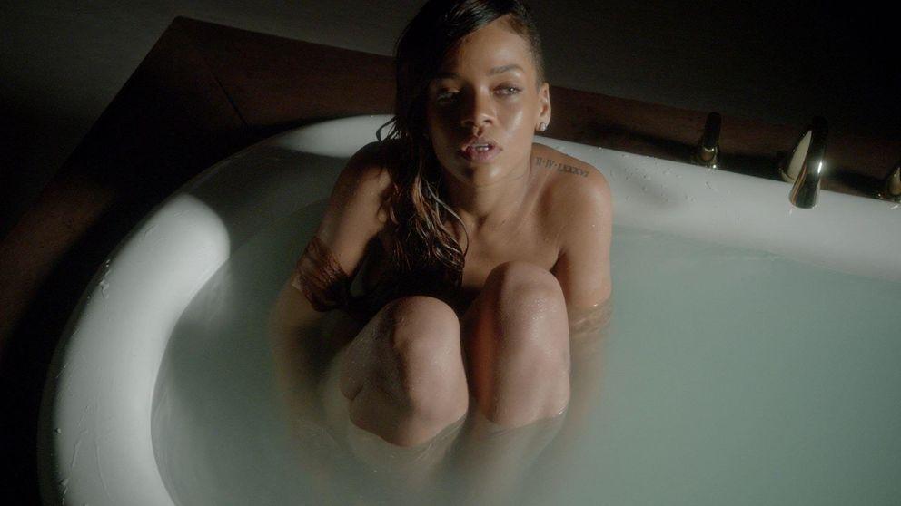 Rihanna, tachada de analfabeta por su camiseta: El colegio mata