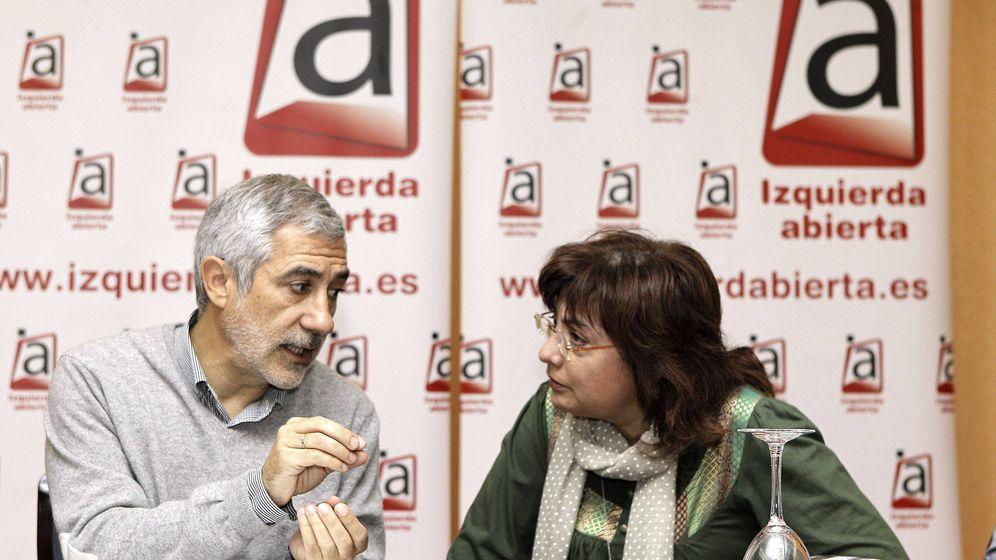 Foto: Gaspar Llamazares y Montse Muñoz, en octubre de 2012, en la primera reunión del Consejo Político de Izquierda Abierta. (EFE)