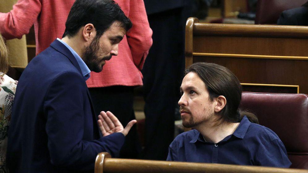 Foto: El portavoz de IU, Alberto Garzón, y el secretario general de Podemos, Pablo Iglesias, durante la sesión constitutiva del Congreso el pasado 13 de enero. (EFE)