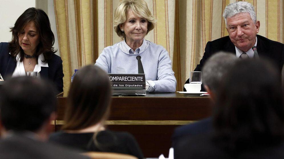 Foto: La expresidenta de la Comunidad de Madrid Esperanza Aguirre, junto al presidente de la comisión, Pedro Quevedo (d). (EFE)