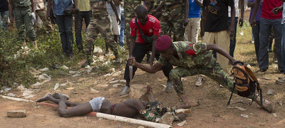 Foto: Un soldado del Ejército de República Centroafricana acuchilla a un hombre acusado de pertenecer a los Seleka el 5 de febrero en Bangui (Reuters).