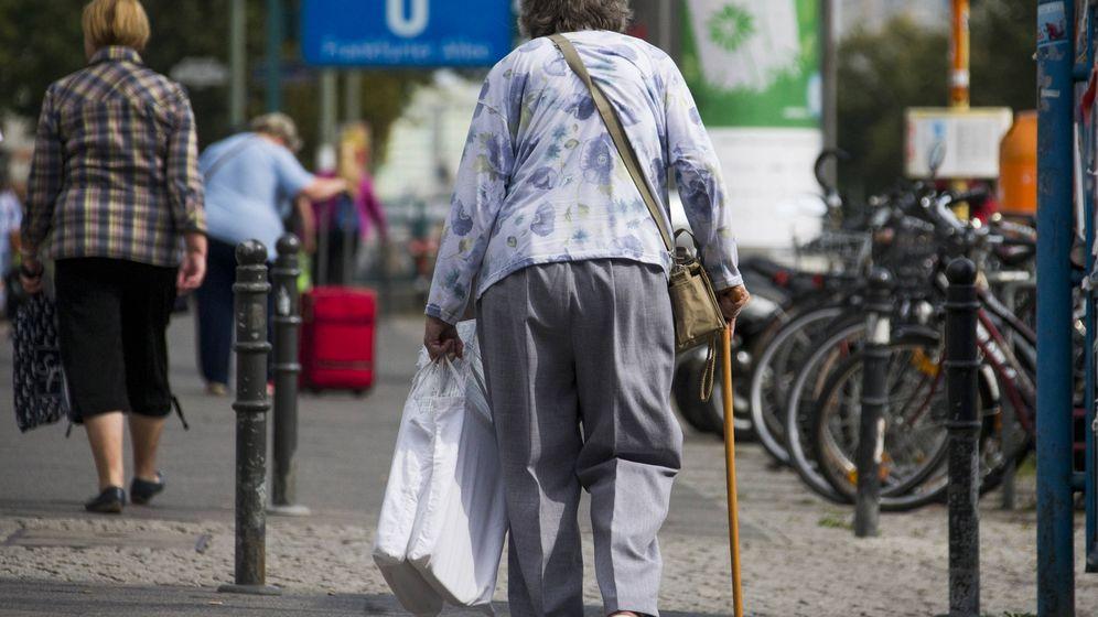 Foto: Una jubilada alemana camina por una calle comercial en Berlín. (Reuters)