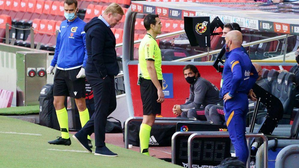Foto: Martínez Munuera consulta en el monitor el penalti de Lenglet a Ramos en el Camp Nou. (Cordon Press)
