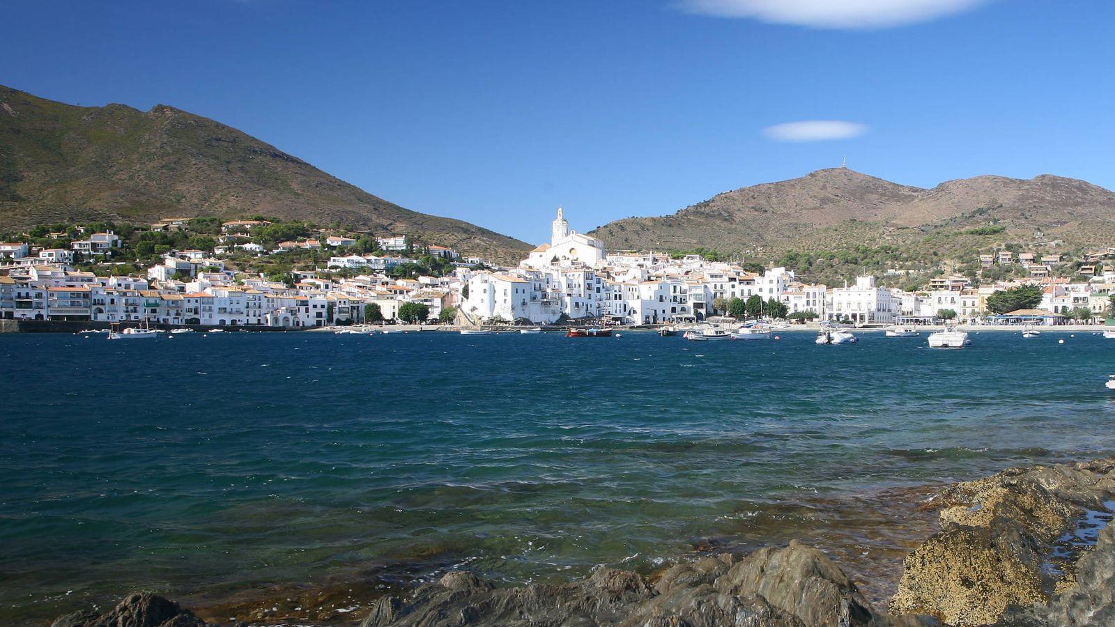 Foto: Y allá en el frente, el bello pueblo del Alto Ampurdán. (Visit Cadaqués)