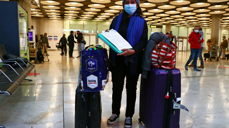 Una viajera muestra su PCR negativa en el aeropuerto de Madrid. (EFE)
