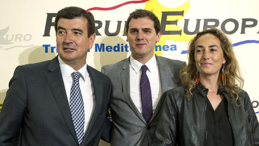 Foto: Albert Rivera, en el centro, con Fernando Giner y Carolina Punset. (Efe)
