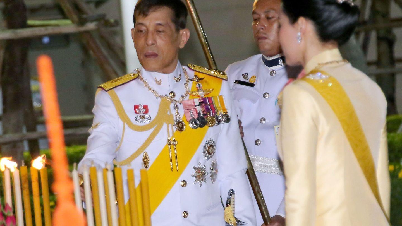 El rey, con su mujer en Bangkok el pasado 4 de abril. (Reuters)