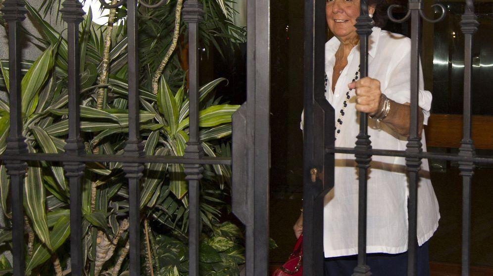 Foto: La senadora y exalcaldesa de Valencia Rita Barberá a la salida de su domicilio. (EFE)