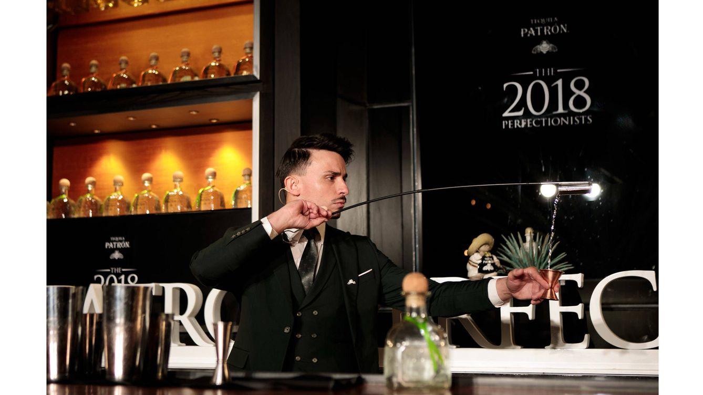 Foto: Yeray Monforte haciendo lo que mejor sabe hacer: coctelería