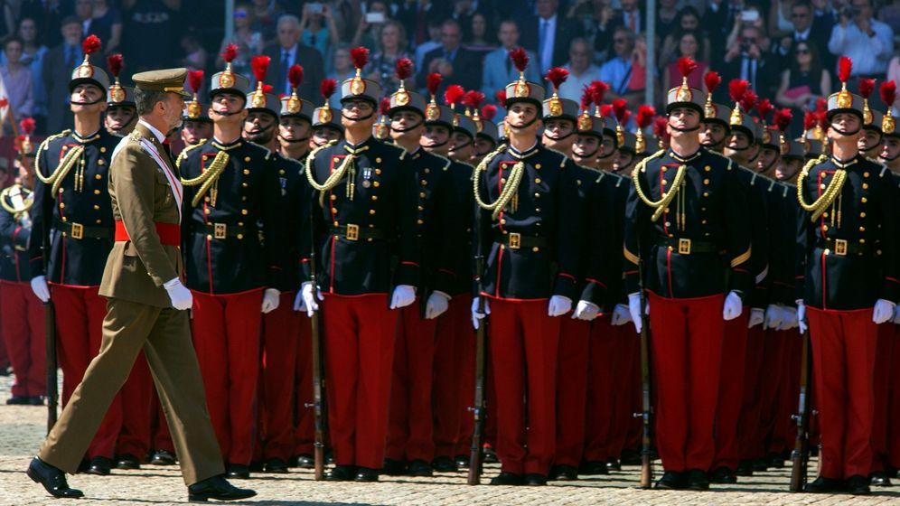 Foto: Felipe VI entrega sus despachos a los nuevos oficiales de la Academia General Militar de Zaragoza. (EFE)
