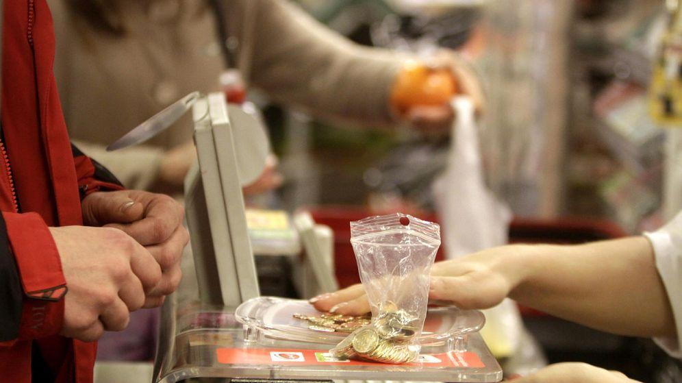 Foto: Una cajera de un supermercado, devolviendo cambio a un cliente. (EFE)