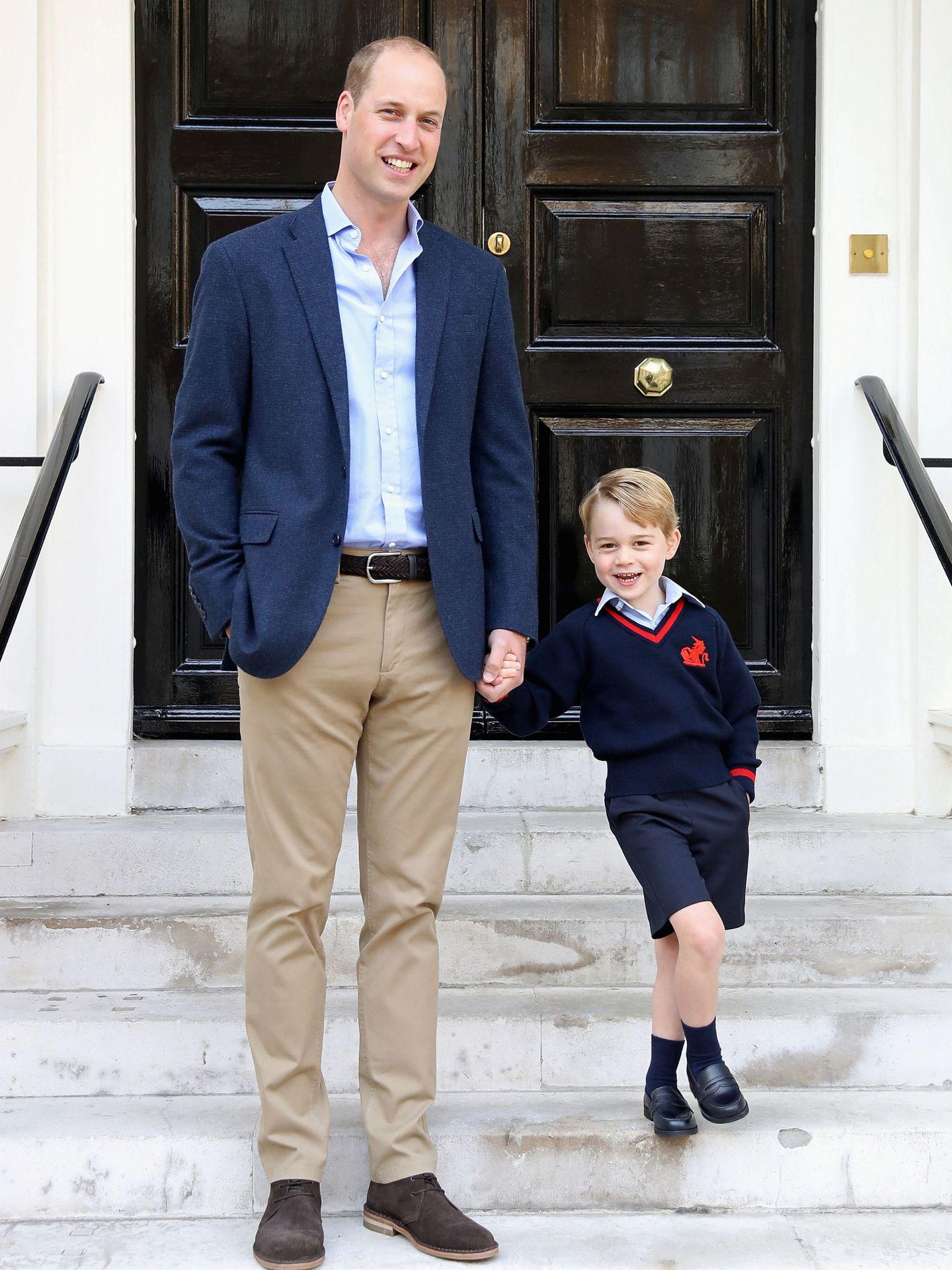George junto a su padre en la puerta de Kensington.