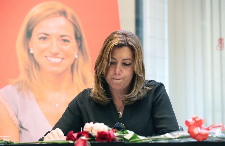 Foto: Susana Díaz, firmando en el libro de condolencias por la muerte de su amiga Carme Chacón, este 10 de abril. (EFE)