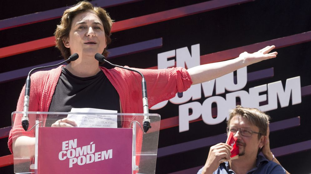 Foto: La alcaldesa de Barcelona, Ada Colau, junto al líder de En Comú Podem, Xavier Domènech, en un mitin de la pasada campaña electoral. (EFE)