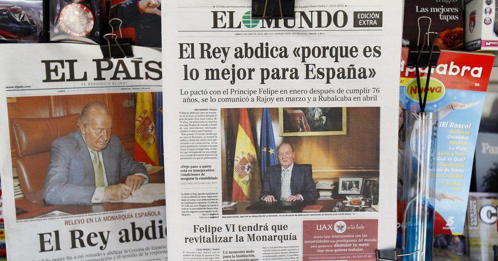 Foto: Un ejemplar de la edición especial de 64 páginas de El Mundo, junto a otra de El País. (EFE)