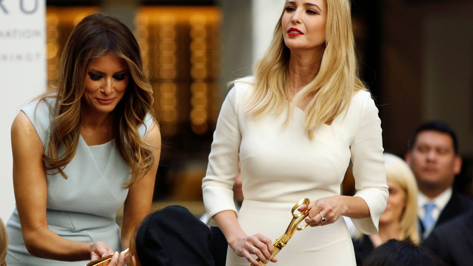 Foto: Melania e Ivanka Trump durante la ceremonia de inauguración del Trump International Hotel en Washington. (Reuters)
